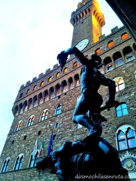 Palazzo Vecchio y la estatua de Perseo con la cabeza de medusa