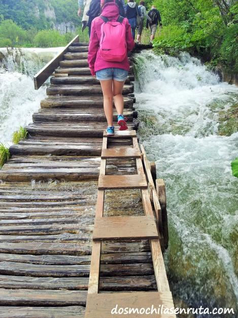 Caminos de madera sobre las cascadas de Plitvice